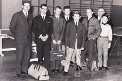 Jungen 1965. Von links: Bernhard (Betreuer), Bugner, P. Müller, Heldt, Friedrich, Poludniok, Hr. Friedrich (Betreuer), Bippus